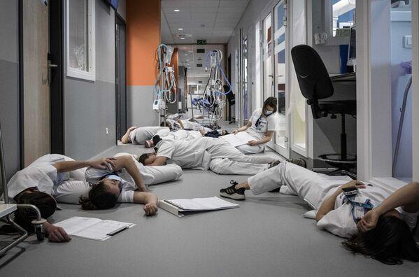 Gli operatori sanitari sono sul pavimento durante la Giornata internazionale degli infermieri, Belgio - Sputnik Italia