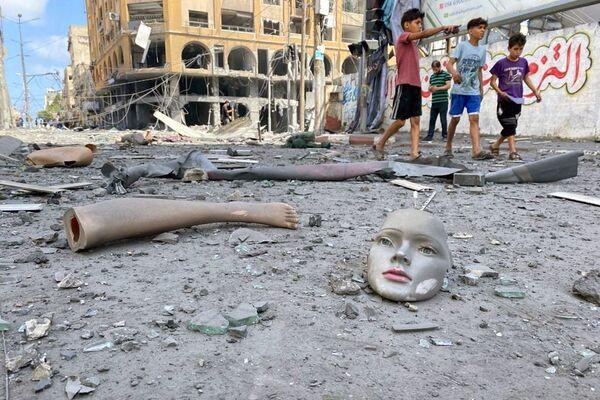 Una strada colpita da un razzo, Gaza - Sputnik Italia