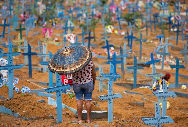 Una donna è andata al cimitero nella Festa della Mamma, Brasile - Sputnik Italia