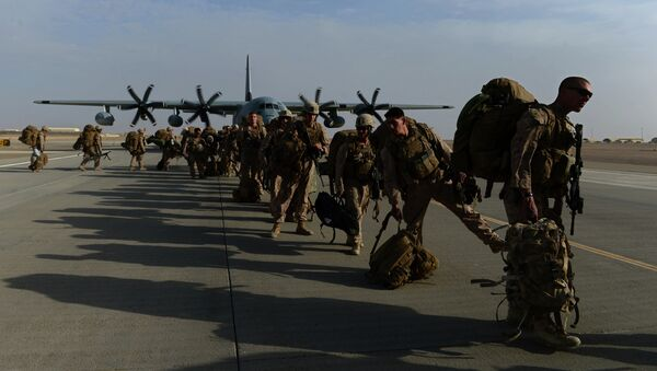 US Marines walk in line after arriving in Kandahar on October 27, 2014, as British and US forces withdraw from the Camp Bastion-Leatherneck complex in Helmand province - Sputnik Italia
