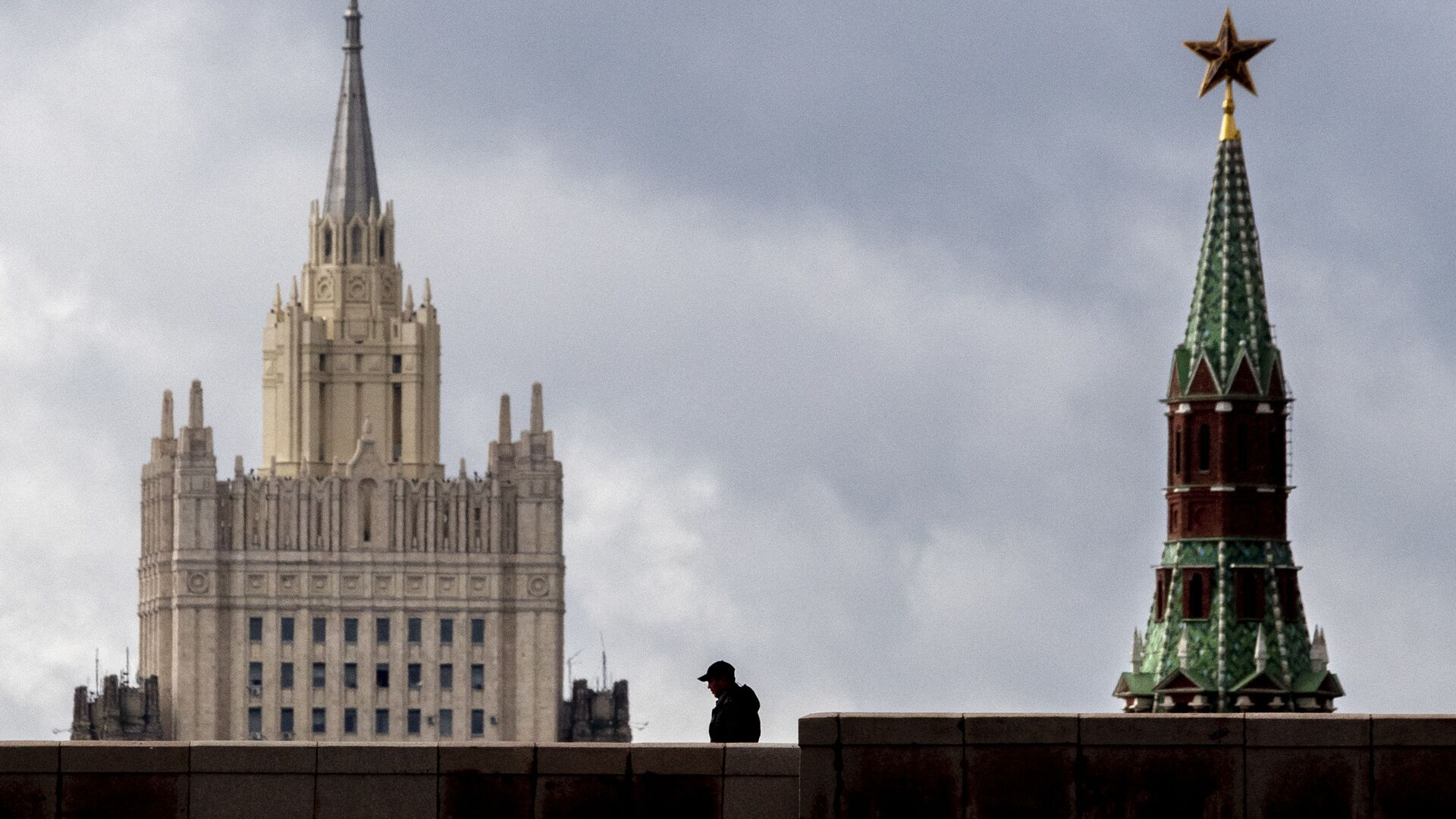 A man walks in front of a tower of the Kremlin and the Russian Foreign Ministry building in central Moscow on September 10, 2020. - Sputnik Italia, 1920, 14.05.2021