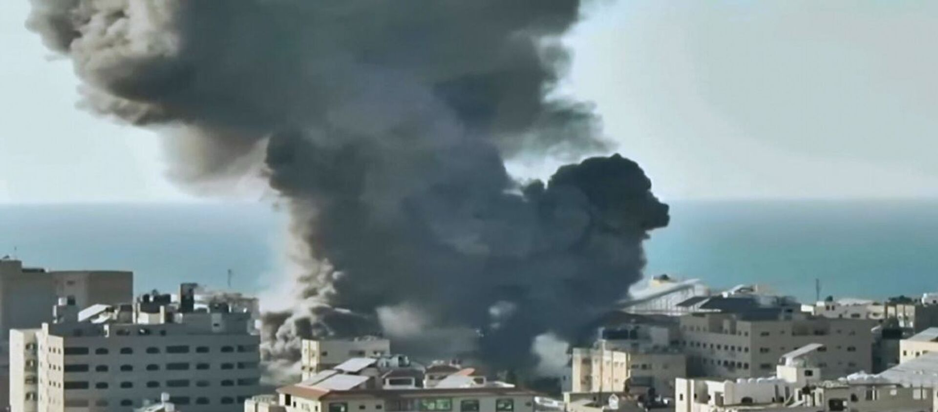 Attacchi aerei israeliani distruggono una banca a Gaza - Sputnik Italia, 1920, 15.05.2021