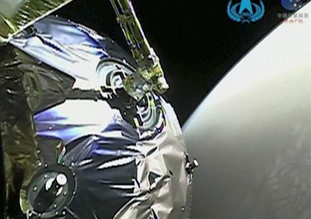 La vista dalla sonda Tianwen-1 mentre entra nell'orbita di Marte in questo screenshot ottenuto da un video il 12 febbraio 2021.