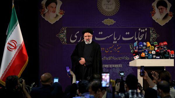 Il capo della magistratura iraniana Ebrahim Raisi arriva per tenere un discorso dopo aver registrato la sua candidatura alle elezioni presidenziali iraniane, al ministero dell'Interno nella capitale Teheran, il 15 maggio 2021, in vista delle elezioni presidenziali previste per giugno.  - Sputnik Italia