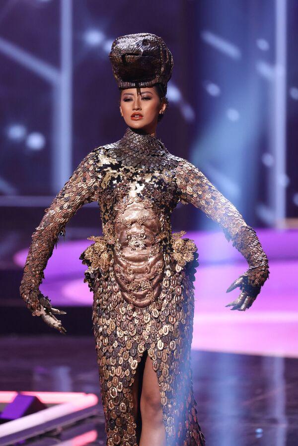 Miss Indonesia Ayu Maulida Putri durante il National Costume Show, la sfilata con l'abito nazionale, nell'ambito del concorso Miss Universo 2021, Seminole Hard Rock Hotel & Casino, Hollywood, Florida, 13 maggio 2021 - Sputnik Italia