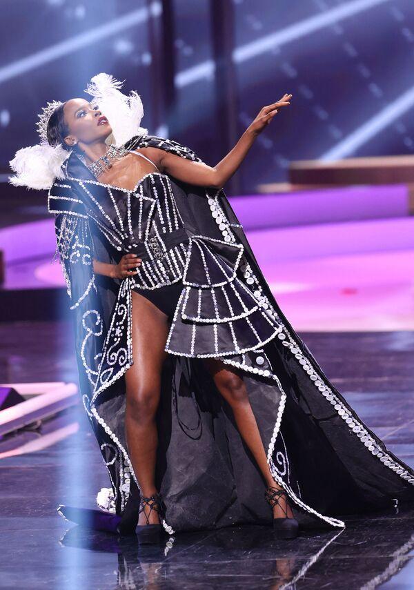 Miss Gran Bretagna Jeanette Akua durante il National Costume Show, la sfilata con l'abito nazionale, nell'ambito del concorso Miss Universo 2021, Seminole Hard Rock Hotel & Casino, Hollywood, Florida, 13 maggio 2021 - Sputnik Italia