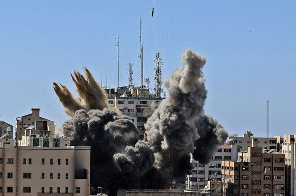Raid israeliano su Gaza distrugge edificio Al-Jalaa con uffici dei media internazionali - Sputnik Italia