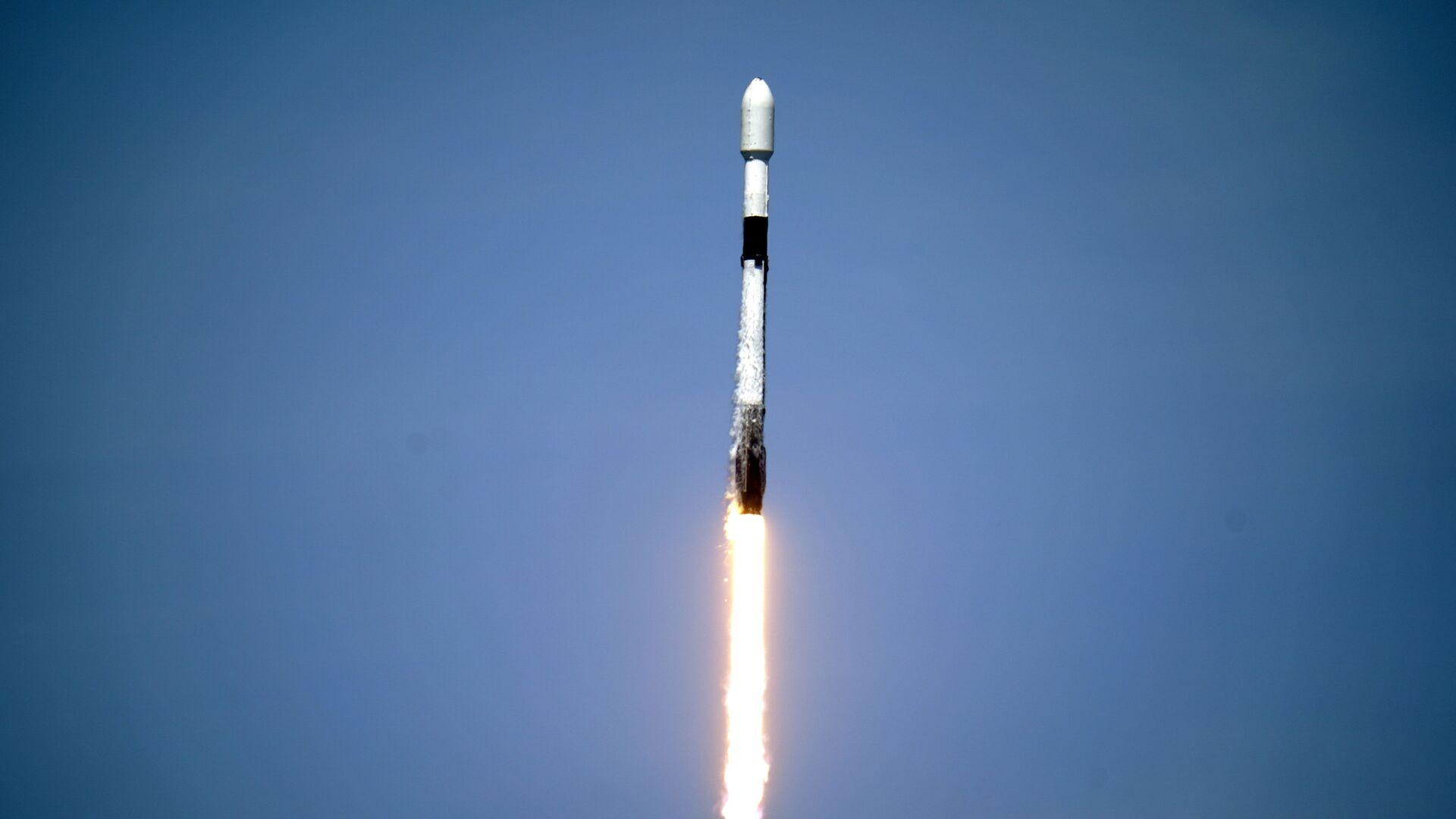 Il razzo di SpaceX Falcon 9 con il 26° lotto di circa 60 satelliti per la rete a banda larga Starlink lanciato dal pad 39A al Kennedy Space Center di Cape Canaveral, Fla., martedì 4 maggio 2021.  - Sputnik Italia, 1920, 06.06.2021