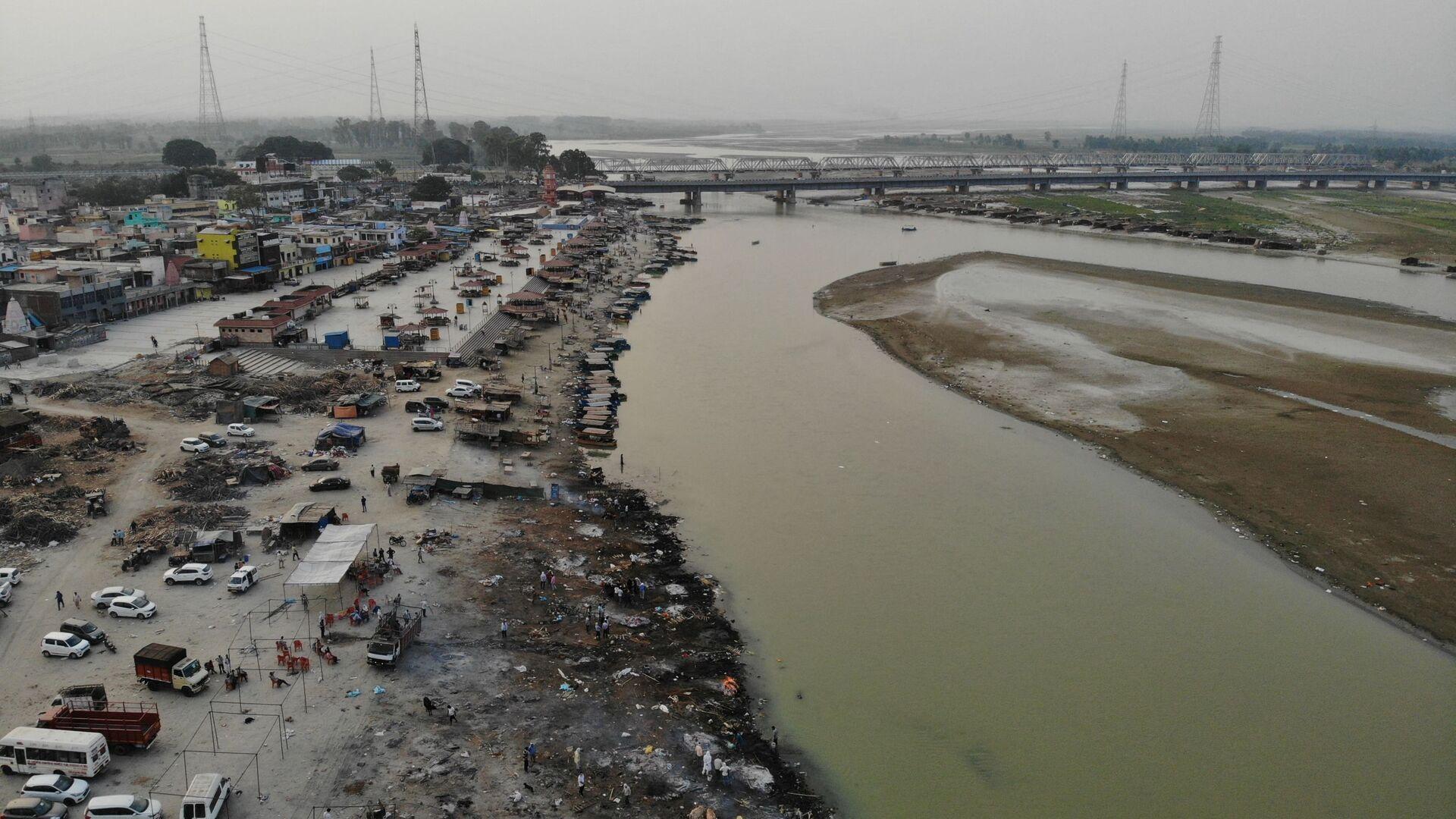 In questa fotografia aerea scattata il 5 maggio 2021, le pire funerarie delle vittime di Covid-19 in un terreno di cremazione lungo le rive del fiume Gange, a Garhmukteshwar, India - Sputnik Italia, 1920, 16.05.2021
