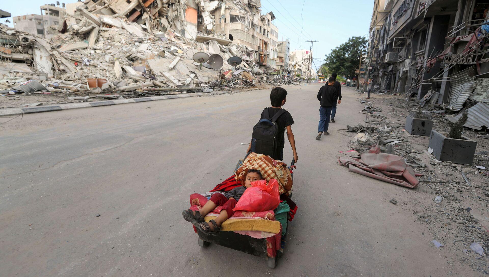Палестинцы покидают свой дом во время израильских воздушных и артиллерийских ударов в секторе Газа - Sputnik Italia, 1920, 16.05.2021