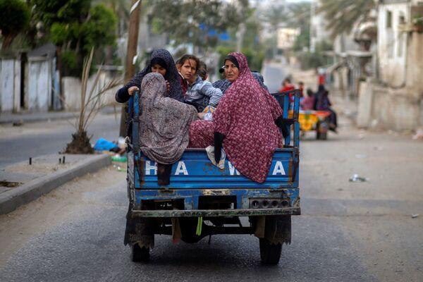 I palestinesi in risciò in fuga dalle loro case a causa degli attacchi aerei israeliani nella Striscia di Gaza, 14 maggio 2021 - Sputnik Italia