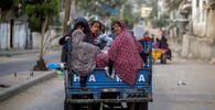 I palestinesi in risciò in fuga dalle loro case a causa degli attacchi aerei israeliani nella Striscia di Gaza, 14 maggio 2021