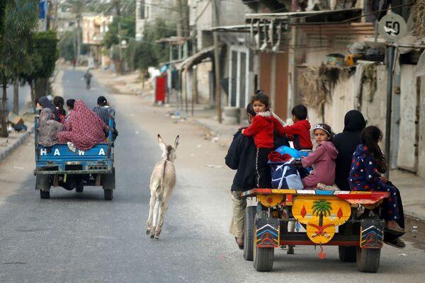 L'escalation di violenza tra Palestina e Israele costringe le famiglie palestinesi a lasciare le loro case nella  Striscia di Gaza, 14 maggio 2021 - Sputnik Italia
