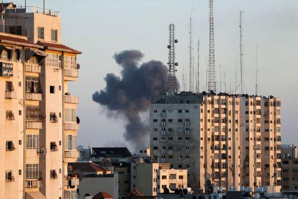 Fumo dall'edificio distrutto dopo un attacco aereo israeliano su Gaza, 13 maggio 2021 - Sputnik Italia