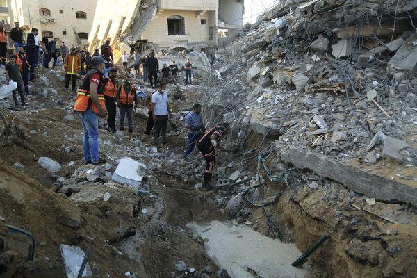 I paramedici esaminano una casa nel nord della Striscia di Gaza, distrutta dopo un attacco aereo israeliano, 13 maggio 2021 - Sputnik Italia