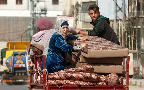 Le famiglie palestinesi fuggono dalle loro case a causa dei violenti attacchi aerei israeliani nella Striscia di Gaza, 14 maggio 2021 - Sputnik Italia