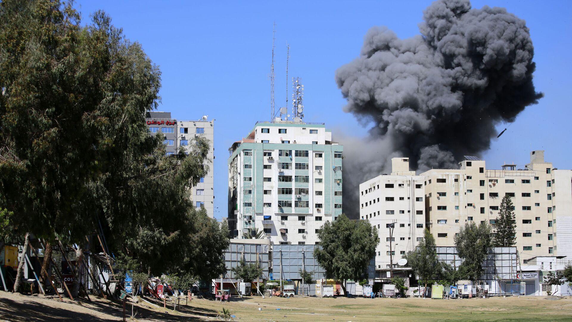 Fumo sopra un edificio nella Striscia di Gaza dopo un attacco aereo israeliano - Sputnik Italia, 1920, 19.05.2021