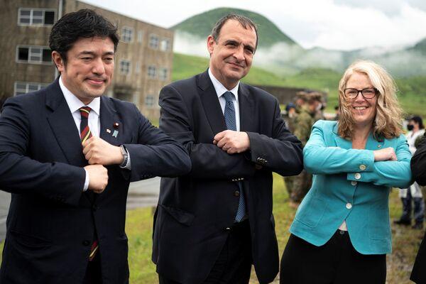 L'ex ministro della difesa giapponese Yasuhide Nakayama, l'ambasciatore francese in Giappone, Philippe Setton e l'ambasciatore australiano in Giappone, Jan Adams durante un'esercitazione militare congiunta tra le forze armate di Giappone, USA e Francia, il 15 maggio 2021 - Sputnik Italia