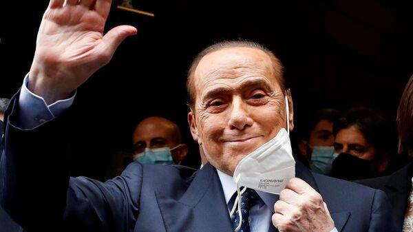 Бывший премьер-министр Италии Сильвио Берлускони снимает медицинскую маску маску - Sputnik Italia