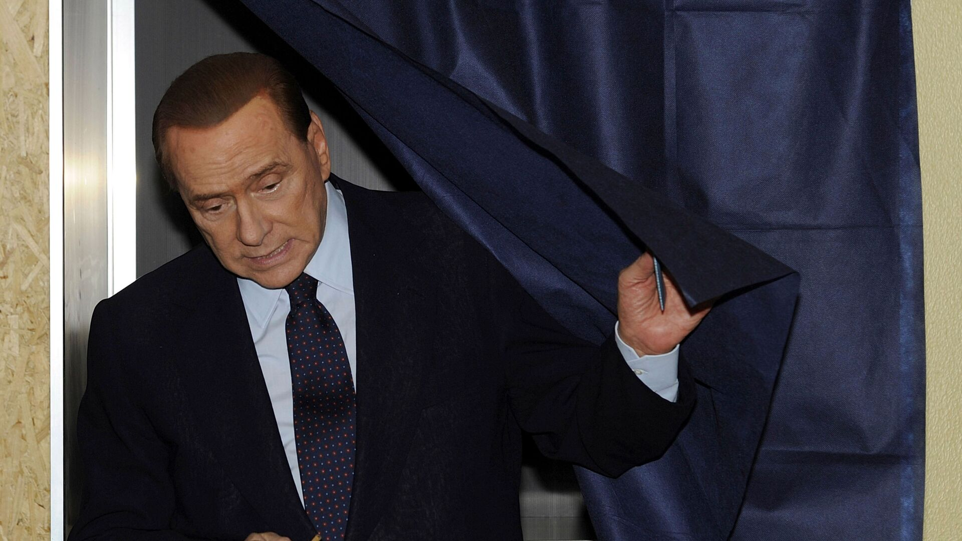 L'ex premier italiano Silvio Berlusconi vota in un seggio elettorale a Milano, 29 maggio, 2011 - Sputnik Italia, 1920, 07.09.2021
