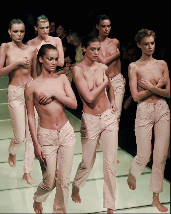 Le modelle a petto nudo che indossano l'ultima produzione di jeans di Gianfranco Ferre a Milano, 4 ottobre 1996. - Sputnik Italia