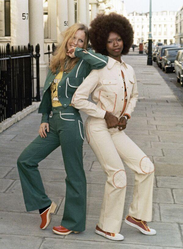 Le modelle Vera Munro, a sinistra, e Consuelo indossano abiti casual autunnali a Londra, maggio 1971.  - Sputnik Italia