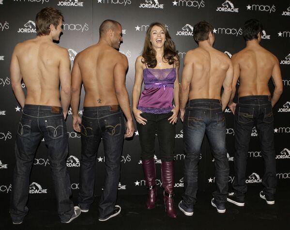 L'attrice Elizabeth Hurley ride mentre posa con altre modelle per le foto a New York, 1 febbraio 2007. Hurley stava promuovendo la nuova collezione di Jordache. - Sputnik Italia
