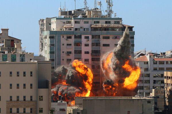 Un raid aereo israeliano ha provocato il crollo completo di un edificio di al-Jalaa a Gaza dove si trovavano gli uffici di Al-Jazeera TV, Associated Press ed altri media internazionali nella Striscia di Gaza, il 15 maggio 2021. - Sputnik Italia