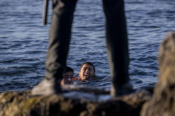 Da lunedì, una marea umana di oltre 8.000 migranti, la stragrande maggioranza di nazionalità marocchina, ha raggiunto senza ostacoli il piccolo porto spagnolo di Ceuta grazie ad un allentamento dei controlli alle frontiere da parte del Marocco. - Sputnik Italia