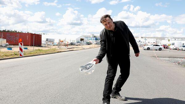 Основатель SpaceX и генеральный директор Tesla Илон Маск держит каску во время посещения строительной площадки гигафабрики Tesla в Груенхайде, недалеко от Берлина, Германия - Sputnik Italia