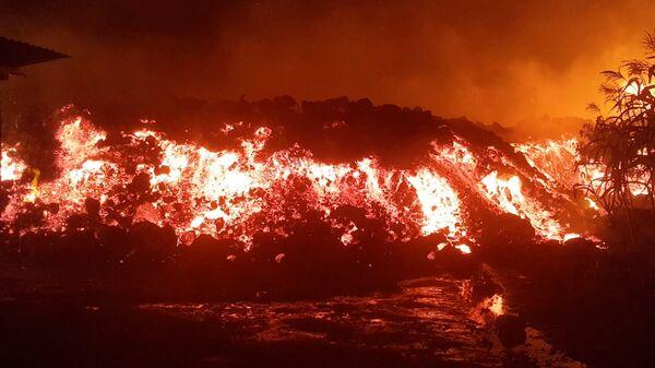 Лава во время извержения вулкана Ньирагонго в Конго  - Sputnik Italia