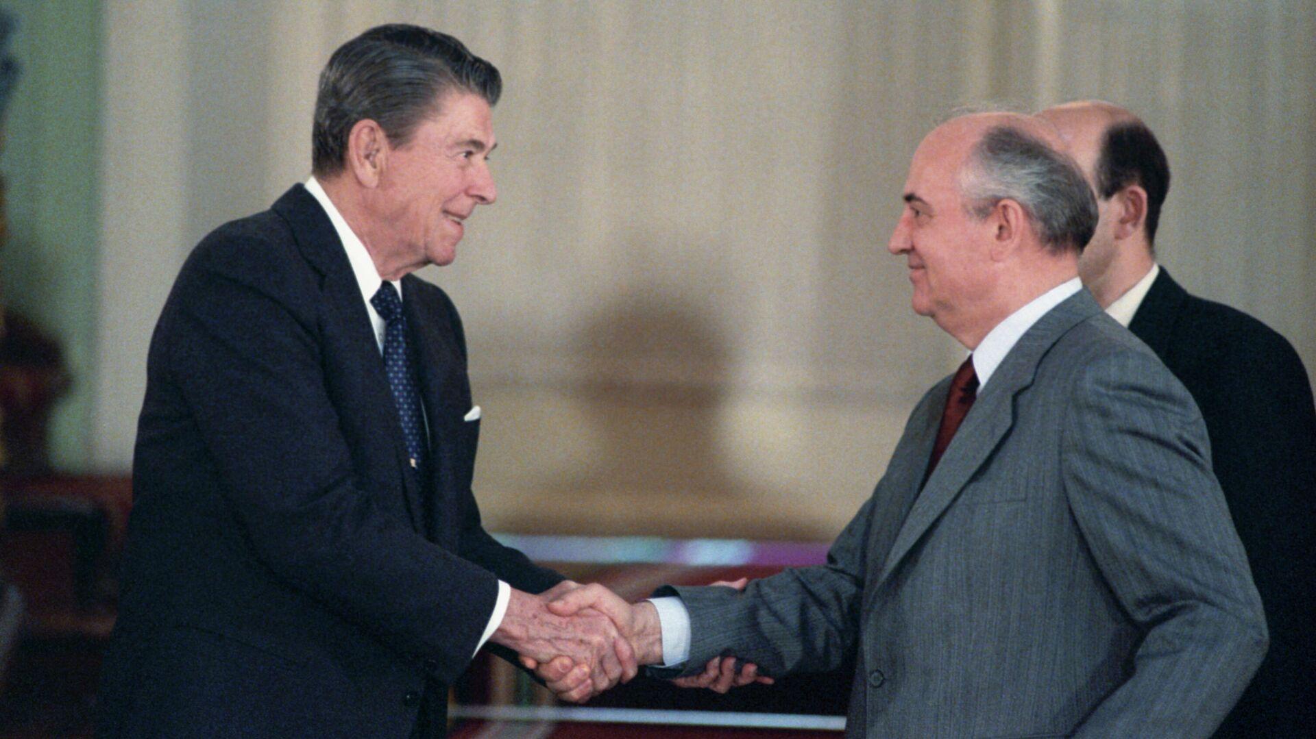 Mosca, 31 maggio 1988: stretta di mano tra Reagan e Gorbachev - Sputnik Italia, 1920, 25.05.2021