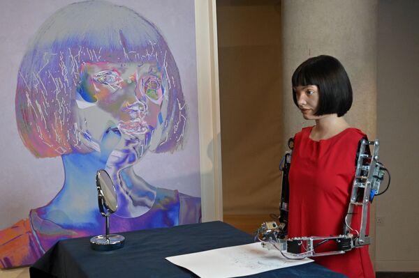 L'artista-robot è anche salita sul palco all'Università di Oxford e, in occasione della conferenza stampa, ha risposto alle domande e alle curiosità del pubblico presente. - Sputnik Italia