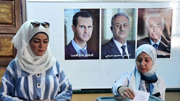 Девушка голосует на выборах президента Сирии на одном из избирательных участков Дамаска - Sputnik Italia