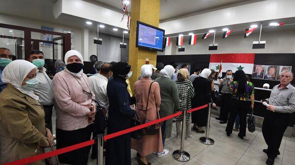 Люди на одном из избирательных участков Дамаска, где проходит голосование на выборах президента Сирии - Sputnik Italia