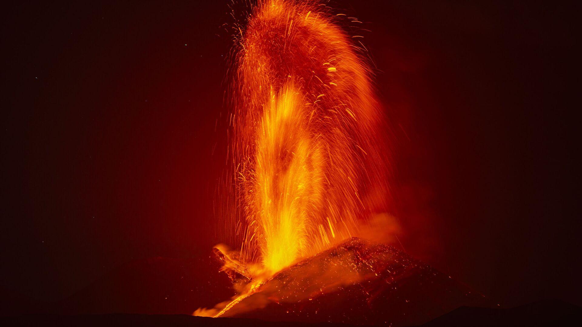 Fontana di lava durante la nuova eruzione dell'Etna - Sputnik Italia, 1920, 21.06.2021