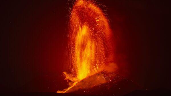 Фонтан лавы во время извержения вулкана Этна в Италии  - Sputnik Italia