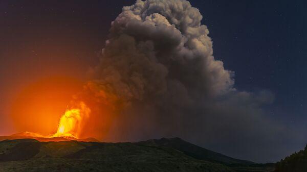 Дым от извержения вулкана Этна в Италии  - Sputnik Italia