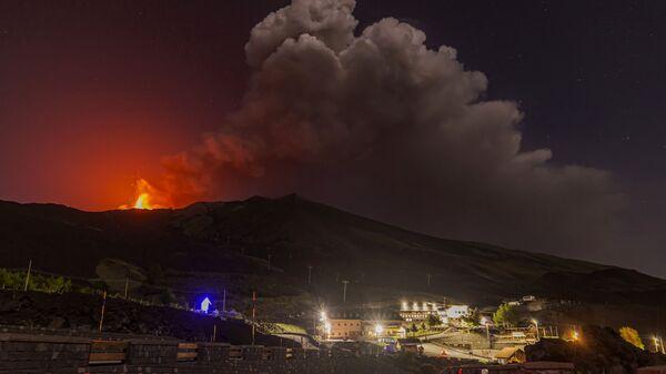 Извержение вулкана Этна в Италии  - Sputnik Italia