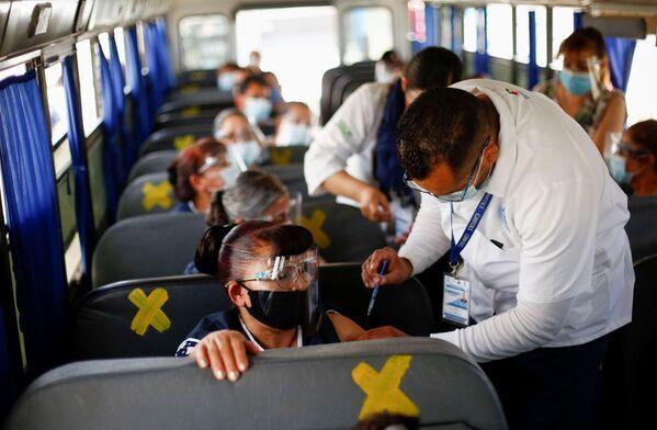 I lavoratori di una fabbrica di assemblaggio ricevono il vaccino Pfizer control il COVID-19 in autobus in Messico. - Sputnik Italia