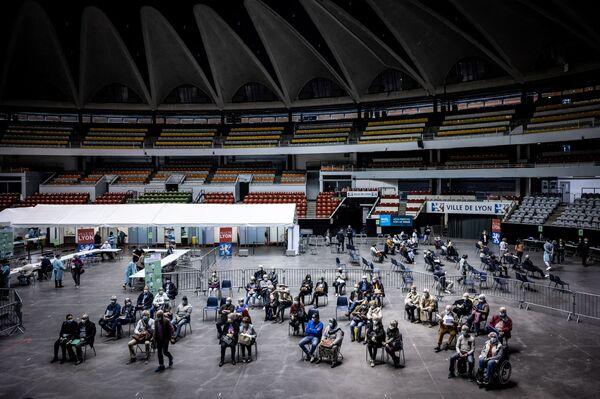 La gente arriva per ricevere il vaccino nei locali del Palais des Sports a Lione, Francia. - Sputnik Italia