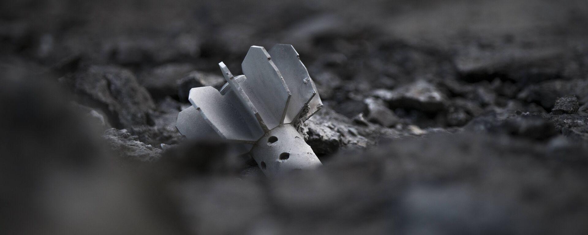 Una parte del guscio di un mortaio a Slovyansk, Ucraina, lunedì 26 maggio 2014 - Sputnik Italia, 1920, 30.05.2021