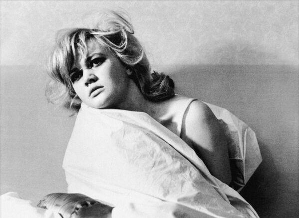 I capelli biondi da sempre hanno attratto moltissimi sguardi, ma nel '900, sopratutto per merito del cinema, le donne bionde sono diventate simbolo di sensualità.  - Sputnik Italia