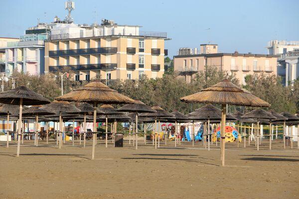 Spiaggia vuota a Rimini - Sputnik Italia