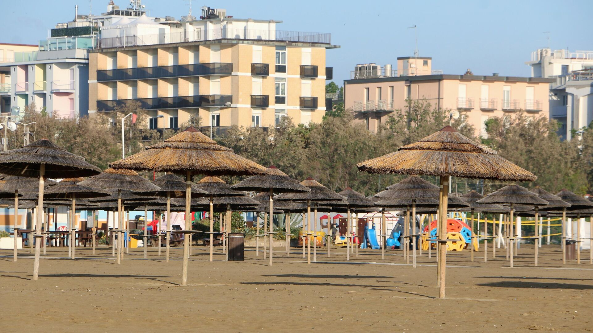 Spiaggia vuota a Rimini - Sputnik Italia, 1920, 26.06.2021