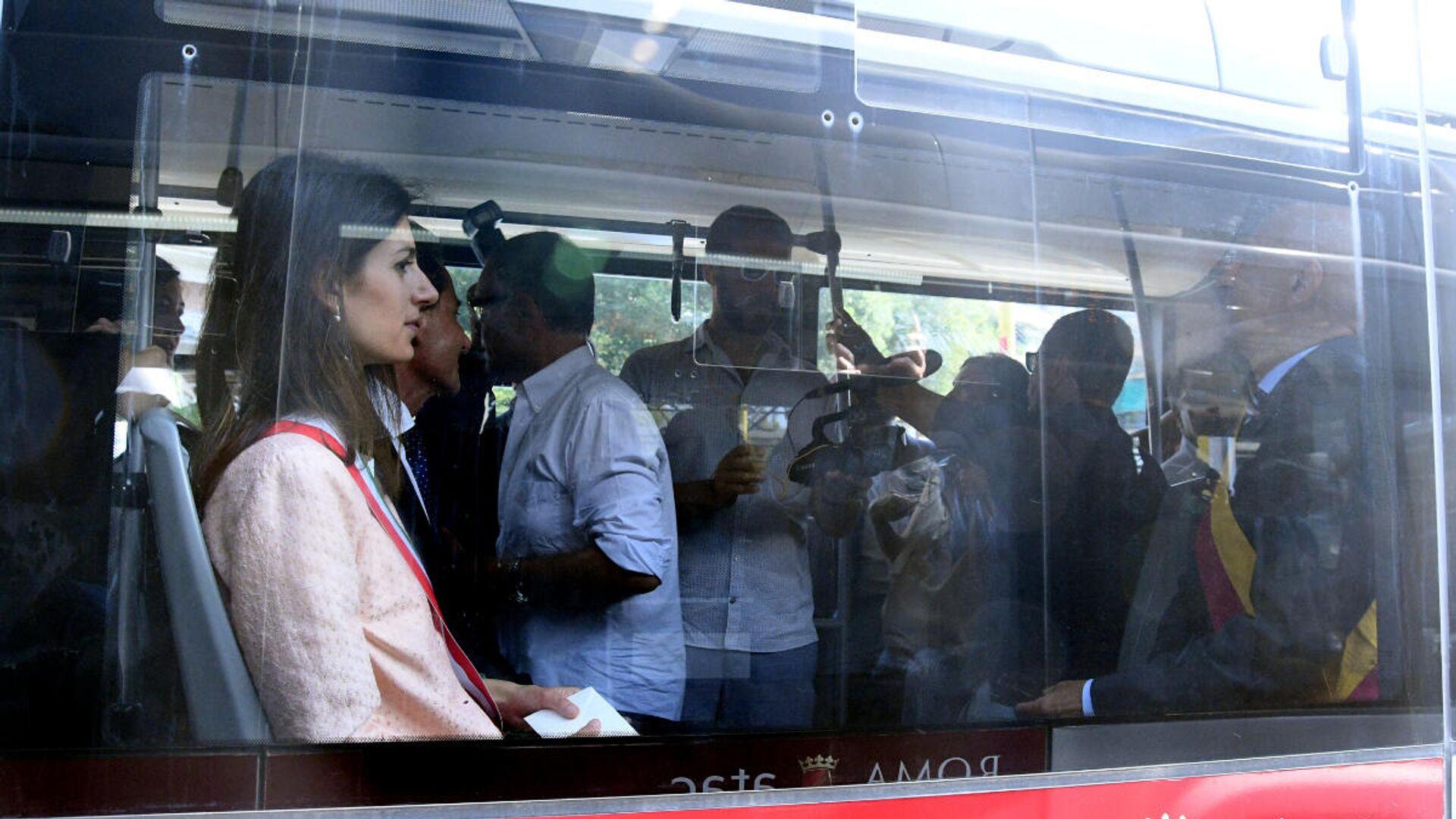 La sindaca Virginia Raggi inaugura il Corridoio Laurentino, ovvero il tratto di corsia preferenziale per autobus su via Laurentina - Sputnik Italia, 1920, 04.09.2021