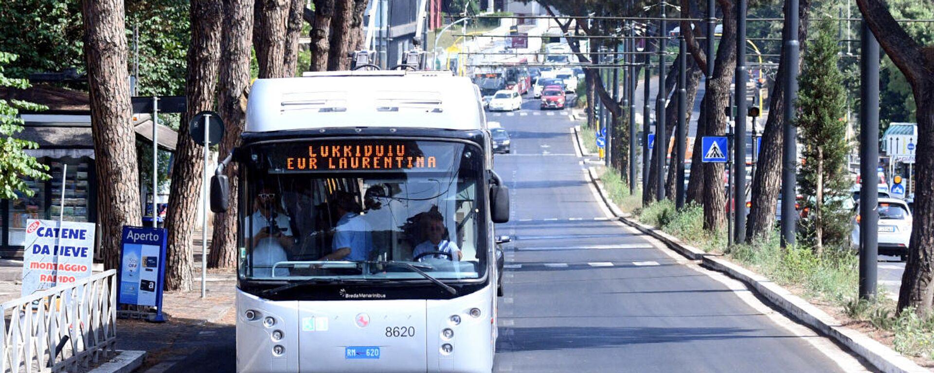 La sindaca Virginia Raggi inaugura il Corridoio Laurentino, ovvero il tratto di corsia preferenziale per autobus su via Laurentina - Sputnik Italia, 1920, 28.07.2021