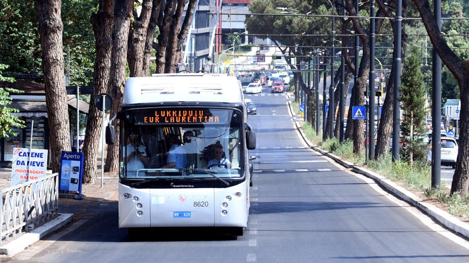 La sindaca Virginia Raggi inaugura il Corridoio Laurentino, ovvero il tratto di corsia preferenziale per autobus su via Laurentina - Sputnik Italia, 1920, 25.06.2021