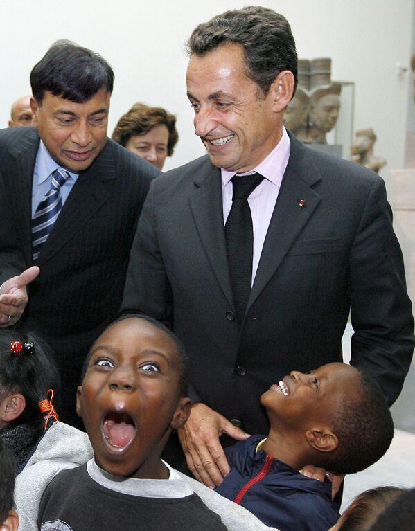 I bambini scherzano con l'ex presidente francese Nicolas Sarkozy e Lakshmi Mittal, presidente e amministratore delegato di ArcelorMittal, durante la loro visita al Musee Guimet, il museo nazionale delle arti asiatiche, 3 ottobre 2007, Parigi. - Sputnik Italia