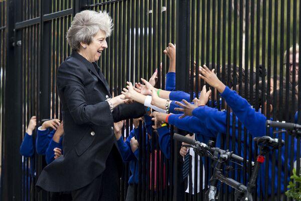 La politica inglese, Theresa May, è accolta dagli studenti durante la sua visita alla Dunraven School nel sud di Londra.  - Sputnik Italia